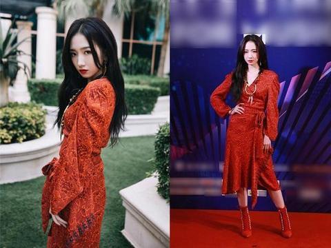 孟美岐在线散发美貌,红毯上穿红裙美艳迷人,舞台上秀朋克风超帅