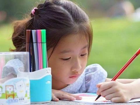 """孩子""""左撇子""""会更聪明?没科学依据,但刻意纠正会加重心理负担"""