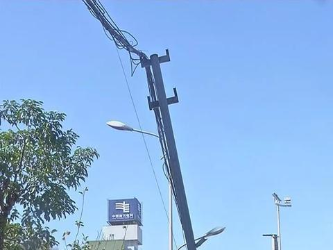 揭阳市区一人行道上支撑电线的钢管倾斜,存在一定的安全隐患