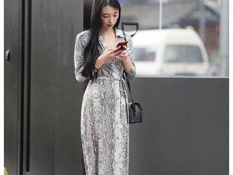 """街拍:优雅的""""美女蛇"""",这款瘦身长裙应该不是谁都能穿出效果!"""
