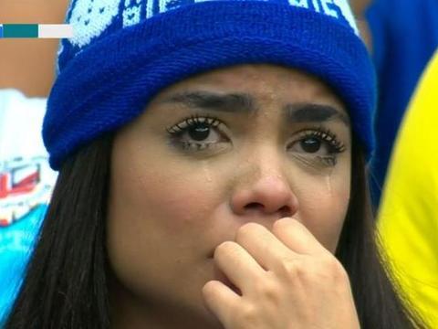 建队98年豪门首次降级!几万愤怒的球迷提前退场,女球迷心碎落泪