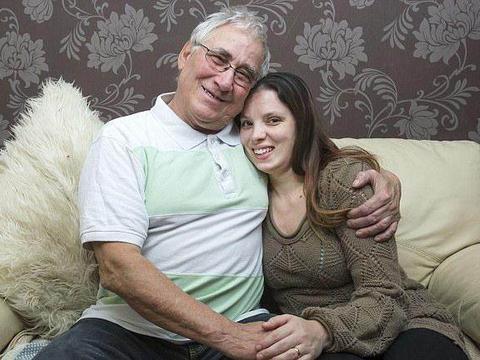 54岁男子爱上16岁老婆,如今已婚17年,生有4个娃