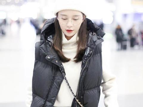 沈梦辰黑白造型走机场,不化眼妆太憔悴,戴眼镜都没有用