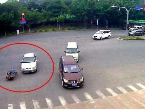 外卖小哥闯红灯,被私家车撞倒在地,判罚结果引网友热议