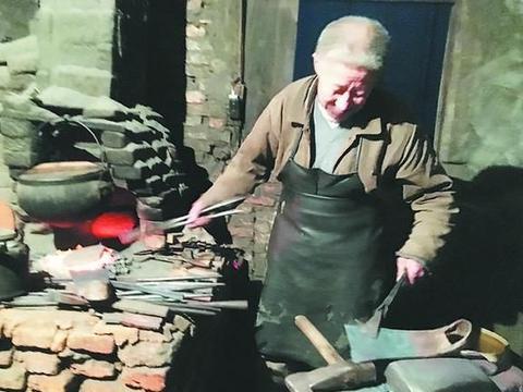 一个铁匠铺的艰难守候