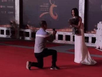 王珞丹见面会上遭粉丝下跪示爱,吓得脸色发白,已不是第一次遇到
