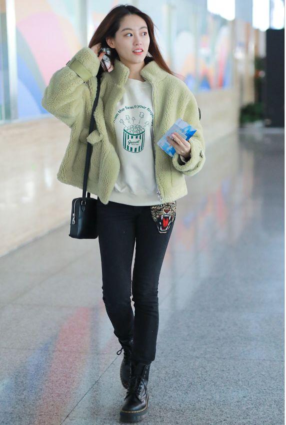 最近流行这种穿法:羊羔毛外套+紧腿裤,搭马丁靴,洋气又时髦