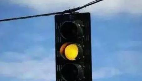 """""""闯黄灯""""后突然变红灯,这时停下还是继续走?交警给出了解释"""