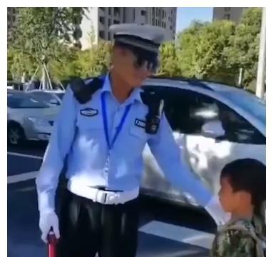 男童给交警叔叔递水,交警叔叔回馈给孩子的那个举动,真的暖化了