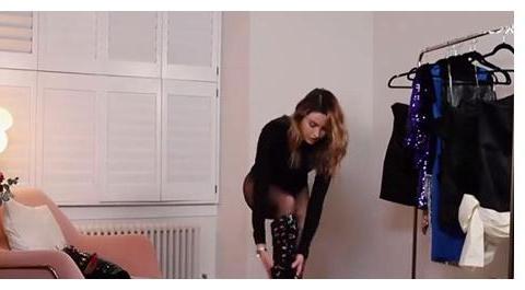 外国女星在家中的T台秀,镜头前换礼服没有遮挡,国内网红敢么?