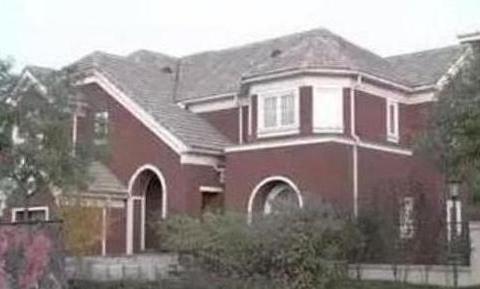 参观下田亮的豪宅,头次见沙发背景墙用红漆,会不会显得太压抑了