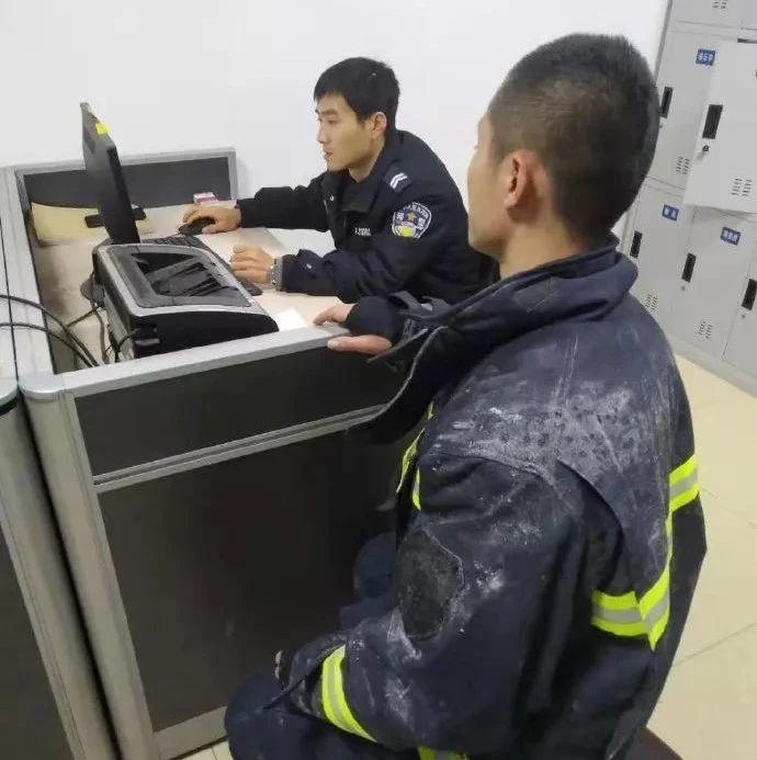 消防员在救火,有人却在偷他的手机?网友:立即归还!