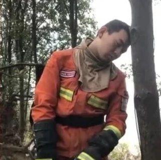 心疼!消防员佛山火场彻夜奋战,站着靠树上睡着了