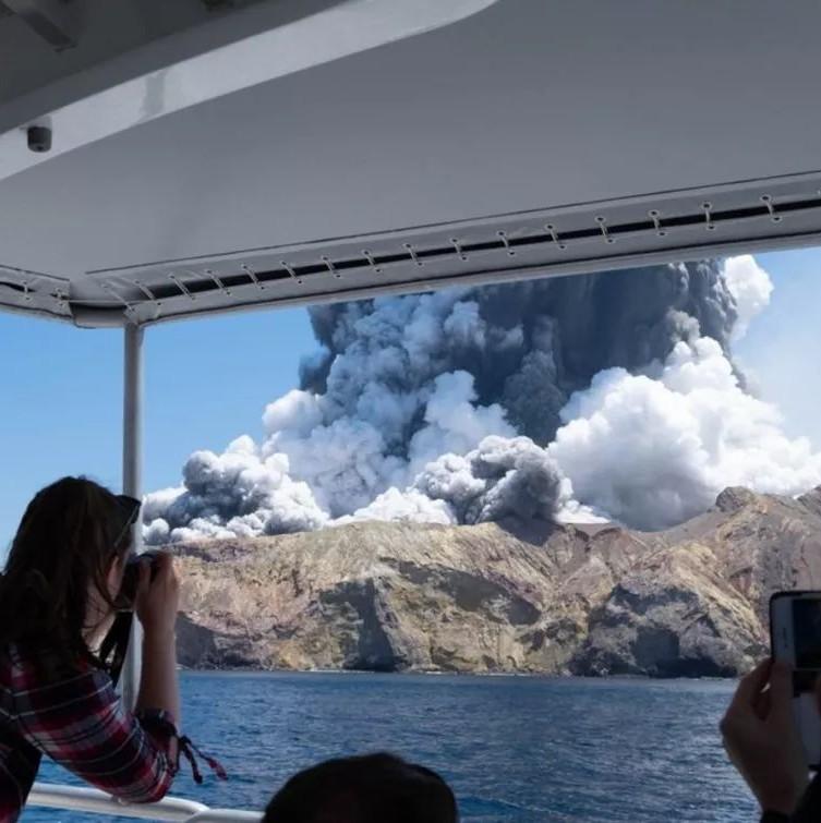 玩着玩着,火山突然喷发!5人遇难