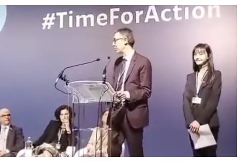 郑爽出席联合国气候变化大会 一身职业装自信发言