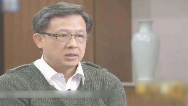 香港立法会议员何君尧接受了央视《面对面》栏目的专访