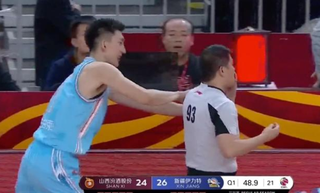 新疆男篮范子铭和郭晓鹏发生冲突,裁判被打出血,发生了什么?