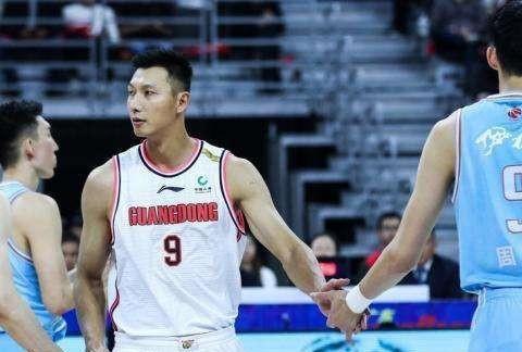 太火爆,新疆男篮范子铭和郭晓鹏发生冲突,裁判竟然被打出血!