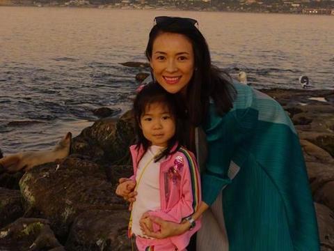 怀孕九个月,章子怡仍陪女儿练拳,然而对腹中宝宝的称呼引关注