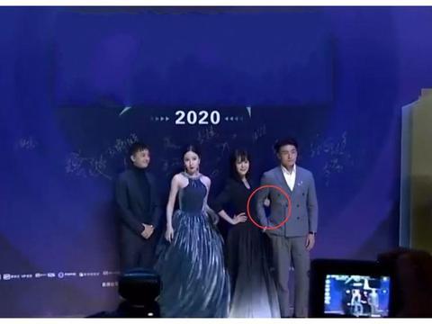 有种抢镜叫娄艺潇的站姿,别的男伴被挽着手,她的男伴离她一米远