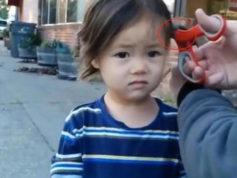 爸爸突发奇想,上学路上把女儿辫子剪了,网友:等着回家挨批评