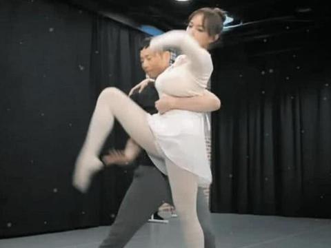"""程潇发育过猛了吧?当她""""开弓""""那一刹,网友:男伴舞表情亮了!"""