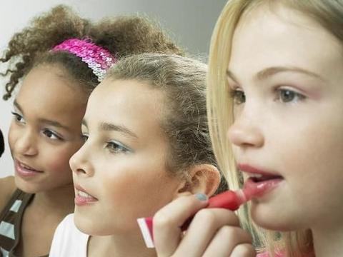 田亮儿子偷用妈妈化妆品,叶一茜喊打:不可忽略的儿童性别教育