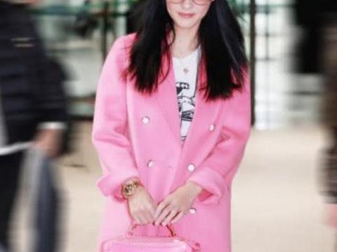 张柏芝生三胎后越变越美!粉嫩打扮走机场,甜笑卖萌真有39岁?