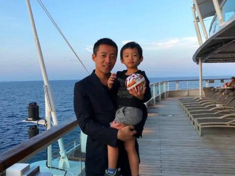 大S儿子与爸爸不亲密,汪希箖被父亲抱,却只顾玩球没理汪小菲