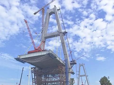 揭阳大桥施钢梁架设及斜拉索施工阶段,南北两岸齐推进