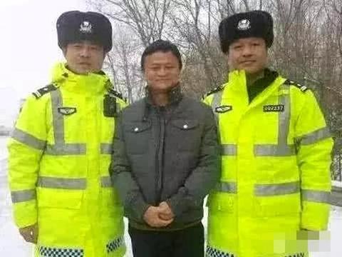 怎么和警察合影不像犯人?撒贝宁靠智商,王凯成功打入警察内部