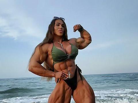 俄罗斯金刚芭比:我不介意丈夫的肱二头肌比我小