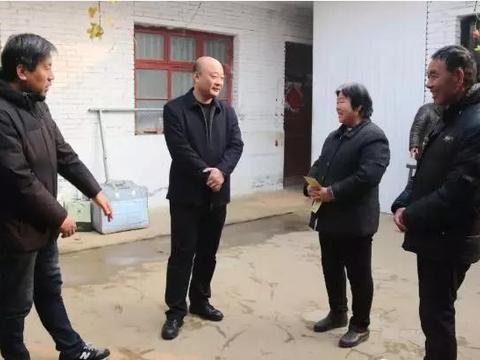 宛城区委常委、政法委书记刘洪涛一行到溧河乡看望慰问贫困群众