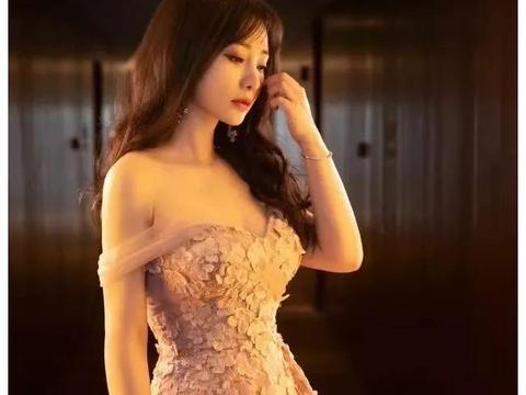 柳岩大冬天穿粉色长裙,好身材一览无余