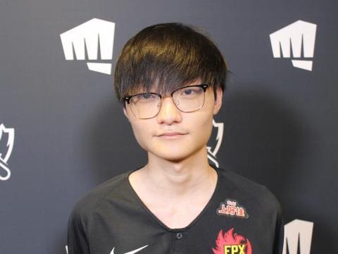 FPX小天成中国电竞行业代表,身穿豹纹装登《时尚先生》