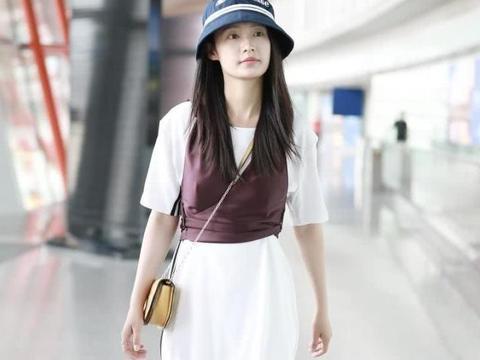 """顶着""""初恋脸""""现身机场,李沁私服也有小心机"""