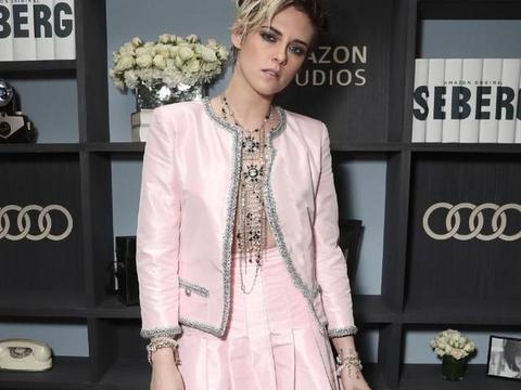"""""""暮光女""""穿浅粉色香奈儿套装做精致女人,真空上阵,好性感"""