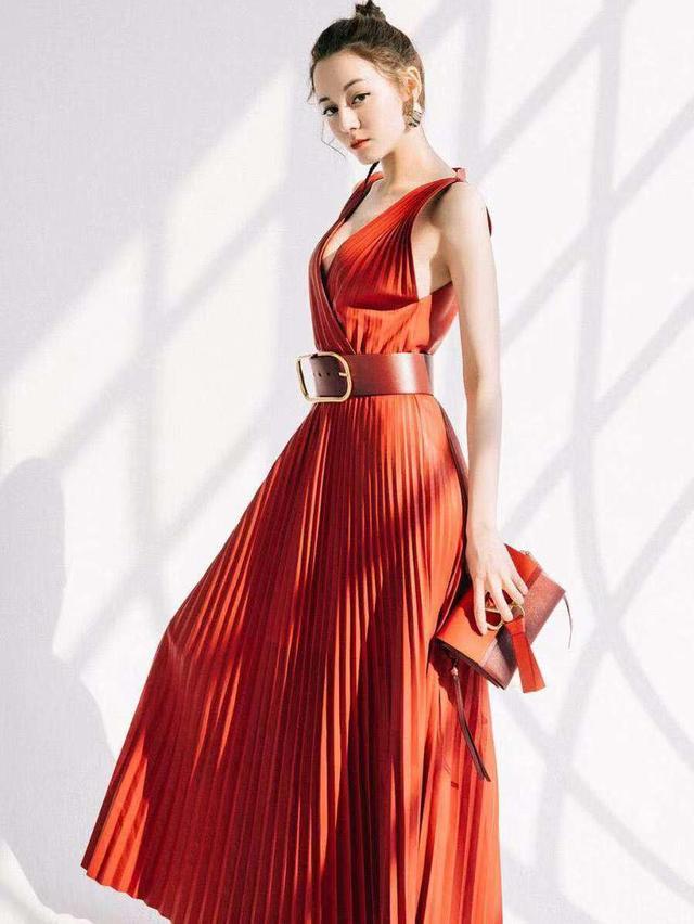 迪丽热巴真会拍照,明明红色连衣裙大了一码,却美出了新高度