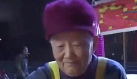 94岁奶奶有儿有女,她深夜12点还得出摊卖煎饼,真情令人惊叹