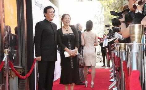唐国强和妻子壮丽近照,妻子美得像混血