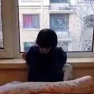 【新闻关键词】3岁女儿趴窗台上1小时没动  爸爸走近后哭笑不得