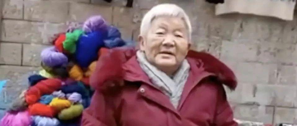 白发老人摆摊,赚的钱却瞒着子女都给了陌生人