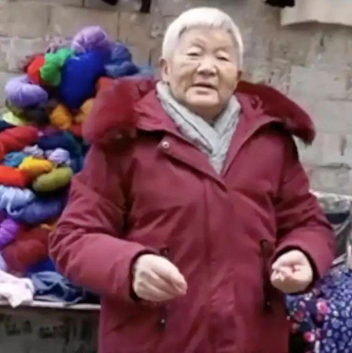 贵州白发老人摆摊,赚的钱却瞒着子女都给了陌生人……
