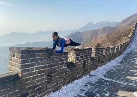 扎哈维的妻子厉害了,趴在万里长城的砖上做高难度动作!