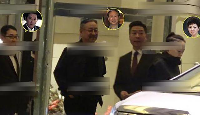 国家一级话剧演员,与富豪老公罕见同框,亲民朴实乘坐旧款保姆车