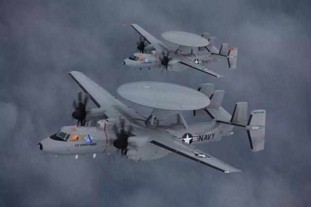 预警机降落失败,横冲直撞砸碎4架战机,航母甲板一片火海