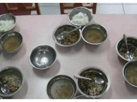 儿子说幼儿园饭菜香, 每次都能吃一大碗, 看到照片家长不淡定了