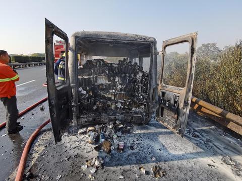 客车不按规定载货超负荷运行 自燃车货俱损所幸无人员伤亡
