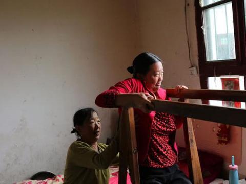 80后女子突发疾病遭丈夫抛弃,母亲接回瘫痪女儿悉心照料8年