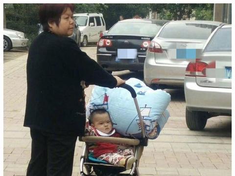 奶奶推娃外出,却将被子压娃身上,宝宝表情狰狞,网友:该反省了